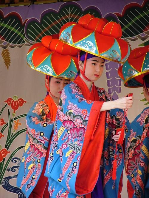 琉球舞踊 四ッ竹  この〝四ッ竹〟は、栄えある席に出ることを許された、若者達の望外の喜びを...